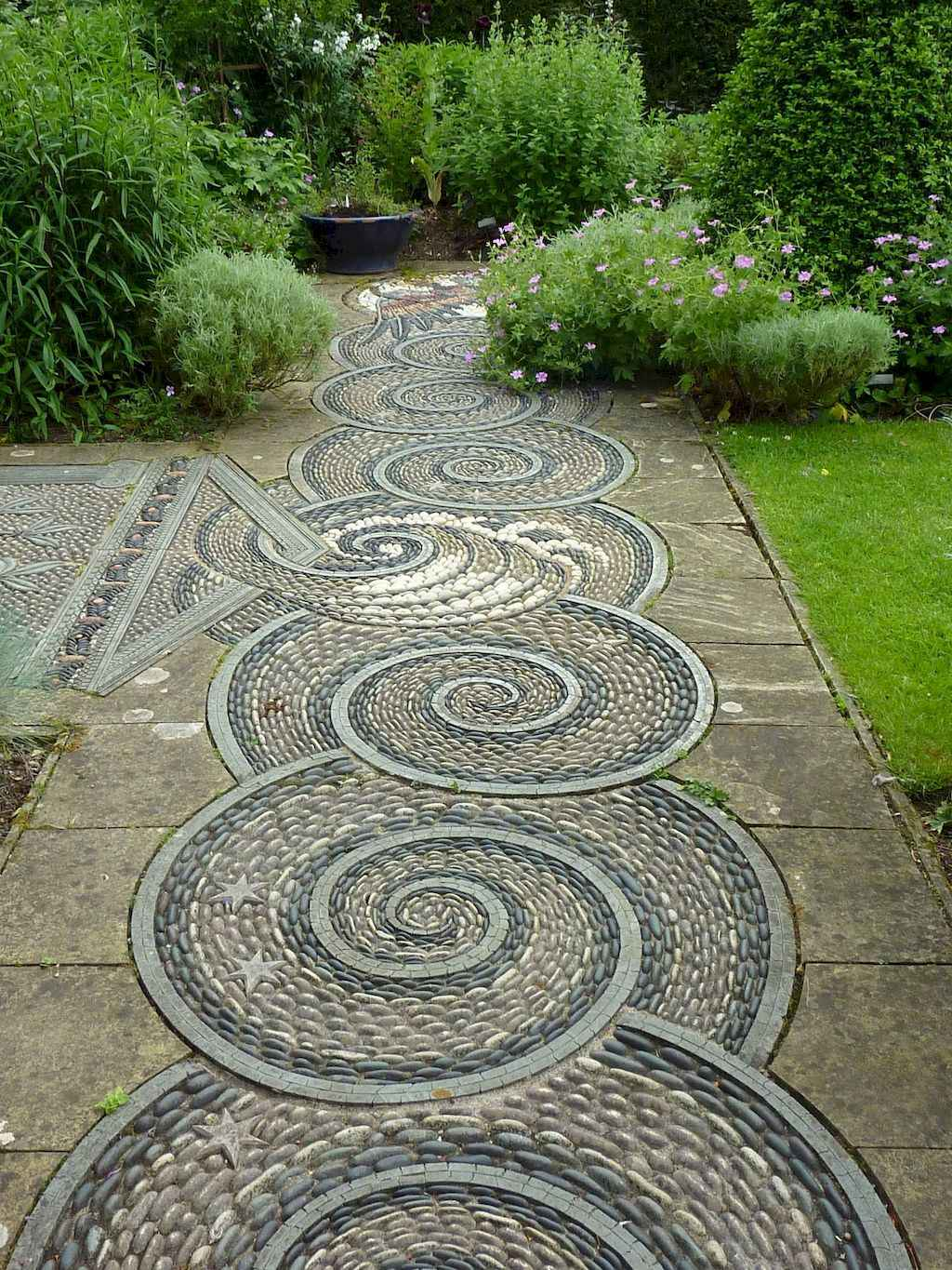 28 Magnificent DIY Mosaic Garden Path Decorations For Your Inspiration